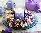 Kranz aus Hortensien und Strandflieder um blaue Kerze