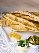 Fafda (Kichererbsen-Snack) mit Jalebis, Chillis und Papaya