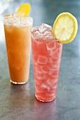 Zwei Frucht-Cocktails mit Eis