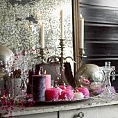 Weihnachtsdeko: Kerzen, Kerzenständer und Perlenkette