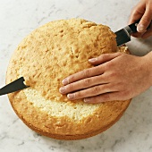 Preparing a cake base: straightening off with a knife