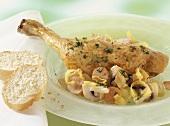 Hähnchenkeule mit Pilzen und Gemüse, im Römertopf gegart