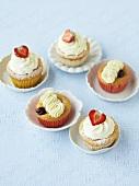 Vulkan-Cupcakes mit Sauerkirschen und Erdbeer-Cupcakes