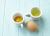 Eigelb und Eiweiss, getrennt und ganzes Ei