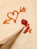 Herz mit Pfeil, Spritztüte und Ketchup