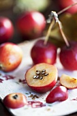 Zieräpfel, ganz und aufgeschnitten