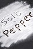 Schriftzug 'Salt' und 'Pepper'