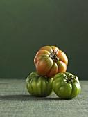 Grüne und rote Tomaten
