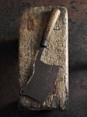 Altes Hackbeil auf Holzstück