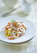 Prawn salad with yogurt, leek and chives