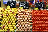 Lemons, onions and tomatoes on a market stall (Mercat de St. Josep (Boqueria), Las Ramblas, Barcelona, Spain)