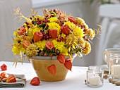 Herbstlicher Blumenstrauss mit Hagebutten, Lampions und Johanniskrautfrüchten