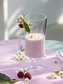 Raspberry shake with daisies