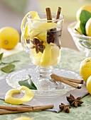 Zitronenteepunsch mit Zimtstangen und Sternanis