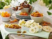 Verschiedene Trockenfrüchte auf Holztisch