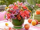 Spätsommerlicher Blumenstrauss auf Gartentisch