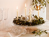 Adventskranz aus Mistel mit weissen Kerzen und Glaskugeln