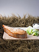 Barbecued salmon with leeks and cream