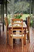 Rustikal gedeckter Tisch auf Terrasse