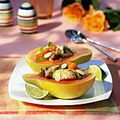 Mit Makrele, Gurke und Cherrytomate gefüllte Papayahälfte