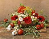 Stillleben mit Blüten, Kräutern und Gemüse