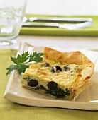 Pikantes Kuchenstück mit Spinat, Schafskäse und Oliven