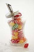 Bonbons in einem Zuckerstreuer