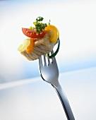 Putenfleisch mit Gemüse auf einer Gabel