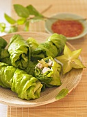 Lettuce rolls with rice noodle and turkey filling (Vietnam)