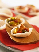 Prawn cracker snacks with chicken and vegetables (China)