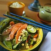 Roher Lachs mit Gemüse mariniert