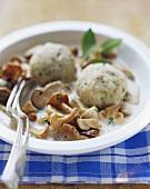 Creamed mushrooms with bread dumplings