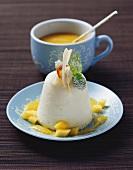 Gestürzte Saure-Sahne-Mousse mit Mango-Ananas-Sauce