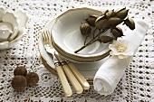 Geschirr und Tischdeko in weiss und braun