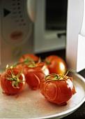 Gebackene, erhitzte Tomaten (lassen sich leicht häuten)