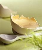 Zuckerei (Eierschaum mit Zucker) in einer Eierschale