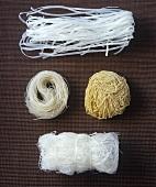 Vier verschiedene asiatische Nudelsorten