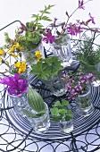 Essbare Blüten und Blätter in Wassergläsern