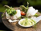 Dünnbrothäppchen mit Fisch & Knoblauchsauce