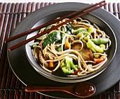 Chinesische Nudeln mit Schweinefilet, Gemüse und Asia-Sauce