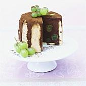 Schokoladen-Charlotte mit Weintrauben