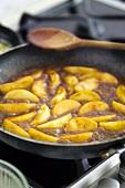 Apfelstücke für Strudel dünsten
