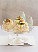 Mini-Pavlovas (Meringue dessert with fruit, Australia)