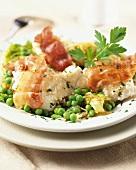 Fischfilet auf gedünstetem Gemüse mit knusprigem Speck