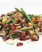 Pan-cooked potatoes, asparagus and mushrooms