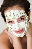 Frau mit Quark-Kresse-Maske