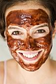 Frau mit Schokoladen-Maske