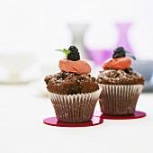 Schokoladenmuffins mit Erdbeercreme und Brombeere
