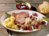Kassler mit Sauerkraut, Kartoffelbrei und Trauben