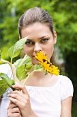 Junge Frau mit einer Sonnenblume